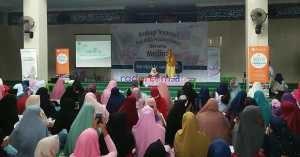 Artis Nuri Maulida memberi inspirasi pada acara hijrah ke produk halal di IBI Darmajaya, Sabtu (25/8). Foto Hendra Irawan/radarcom.id