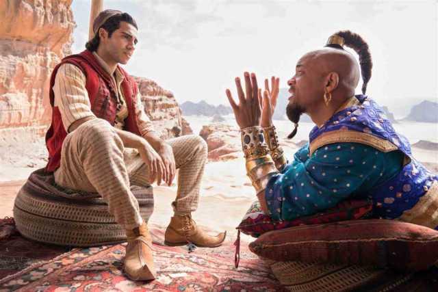 Mena Massoud sebagai Aladdin bersama Will Smith pemeran Genie dalam film Disney's