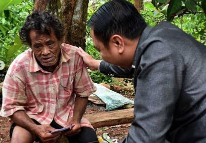 Bupati Lampura Agung Ilmu Mangkunegara saat berbincang dengan Mbah Surip, Selasa (14/5/2019). Foto Istimewa