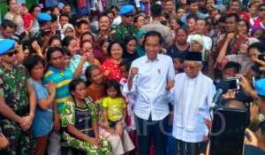 Calon Presiden inkumben Joko Widodo atau Jokowi, bersama Ma'ruf Amin saat mendeklarasikan kemenangan di pemilihan presiden periode 2019-2024, di Kampung Deret, Tanah Tinggi, Johor Baru, Jakarta Pusat, Selasa, 21 Mei 2019. Tempo/Egi Adyatama