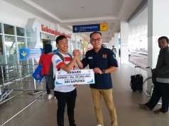 Penyerahan reward kepada atlit karate asal Waykanan yang akan ikut Pelatnas Sea Games 2019 oleh Ketua KONI Waykanan Deni Ribowo, Rabu (19/6/2019). Foto Istimewa
