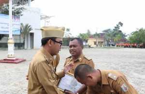 Penyerahan penghargaan dan piagam pemenang Adipura Kampung oleh Bupati Raden Adipati Surya. Foto Istimewa