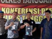 Kasat Resnarkoba Polres Tanggamus AKP Hendra Gunawan, SH menunjukkan barang bukti dalam konferensi pers di Mapolres Tanggamus, Senin (17/6/2019) pagi. Foto Istimewa