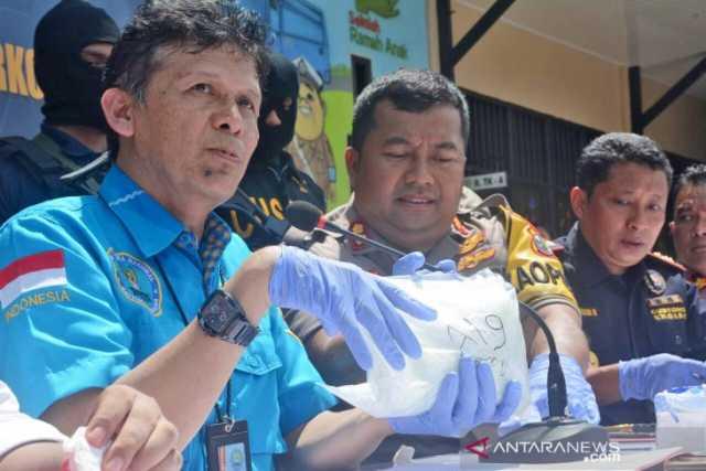 Pejabat dari Direktorat Interdiksi Deputi Bidang Pemberantasan Badan Narkotika Nasional (BNN) Heri Istu Hariono (kiri) didampingi Kapolres Bulungan AKBP Andrias Susanto (tengah) dan Pejabat Bea Cukai Tarakan Syamsuddin (kanan), memperlihatkan barang bukti sabu dan satu orang tersangka, di Tanjung Selor, Kalimantan Utara, Minggu (21/7). Penyitaan narkotika tersebut merupakan yang terbesar yang pernah diamankan pihak Bea dan Cukai dan kepolisian di wilayah Kaltara dan Kaltim yakni mencapai 38 Kg. ANTARA FOTO/Iskandar Zulkarnaen/ama.