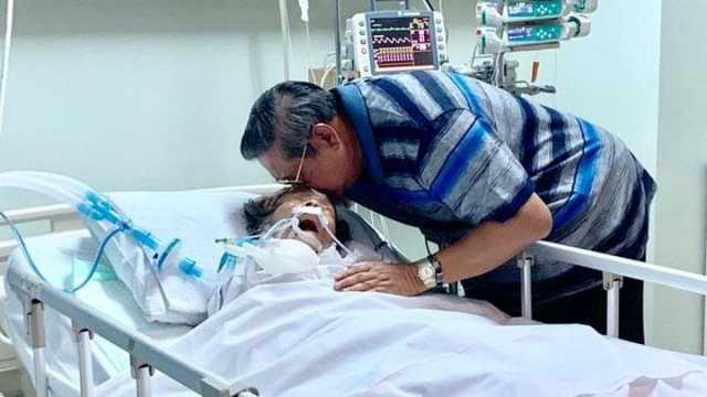 SBY mencium ibundanya. twitter.com/SBYudhoyono