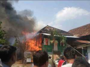 Rumah yang terbakar di dekat Pasar Tempel Rajabasa, Bandar Lampung, Sabtu (31/8/2019). Foto Istimewa