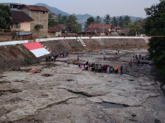 Warga Pekon Bulukarto, Kecamatan Gadingrejo, Kabupaten Pringsewu persiapkan upacara HUT RI di tengah Sungai Bulog, Jumat (16/8/2019). Foto Istimewa