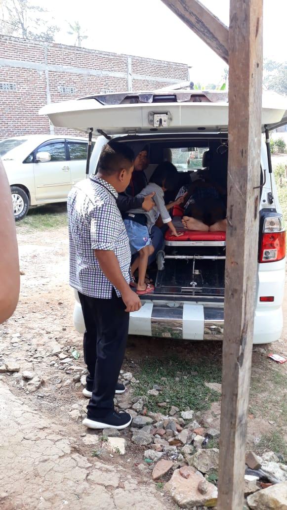 Yayat saat diangkut menggunakan ambulans Pemkot Bandar Lampung sebelum dibawa ke RSUD Dadi Tjokrodipo Bandar Lampung bersama kader PKS Muchlas E Bastari, Rabu (7/8/2019). Foto Istimewa