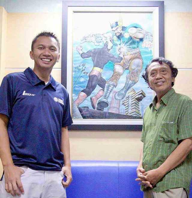 Azrul dan mendiang Hasmi berdiri di depan lukisan Gundala. Sampai sekarang lukisan ini masih terus dipajang di kantor Azrul Ananda.