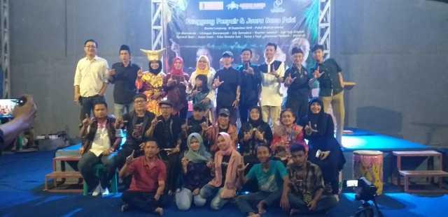 Sejumlah pengisi dan panitia Panggung Penyair dan Juara Baca Puisi. Foto Istimewa