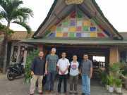 (Kiri ke kanan) Darmawan Purba (Sekjur JIP FISIP Unila), Dr. Remy Limpach, R Sigit Krisbintoro (Kajur Ilmu Pemerintahan Fisip Unila), Arizka warganegara PhD., dan perwakilan Yayasan Pustaka Obor Indonesia. Foto Istimewa
