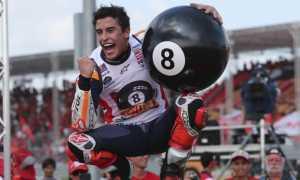 Marc Marquez merayakan gelar juara dunianya yang ke-8 di GP Thailand 2019 dengan membawa bola biliar raksasa (Foto: AP)