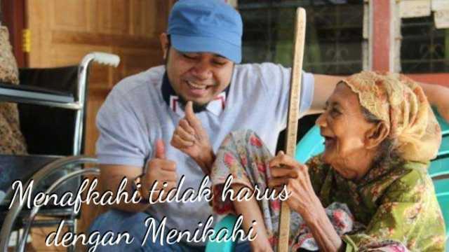 Walikota Bengkulu Helmi Hasan santuni janda tua dhuafa. Foto Istimewa