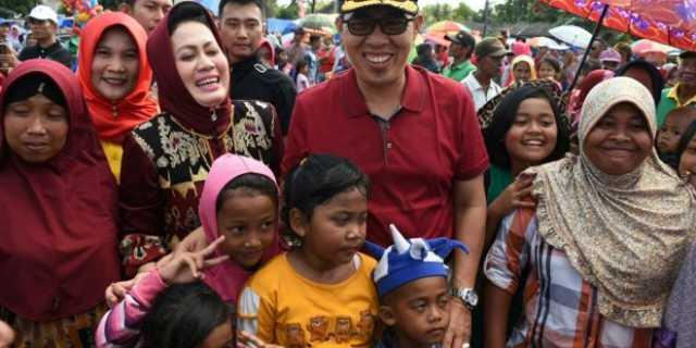 Bupati Lamtim H. Zaiful Bokhari, ST, MM, bersama istri Ny. Hj. Putri Ernawati Zaiful Bokhari dikenal dekat dengan rakyat dan biasa berbaur dengan masyarakat Lamtim. Foto dok.