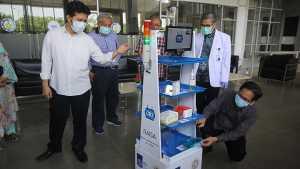 Wakil Gubernur Jawa Timur Emil Elestianto Dardak (kiri), Rektor Institut Teknologi Sepuluh Nopember (ITS) Mochamad Ashari (kanan) dan Ketua Dewan Pers Muhammad Nuh (kedua kiri) melihat inovasi Robot Medical Assistant ITS-UNAIR (RAISA) saat diuji coba di Gedung Pusat Robotika ITS, Surabaya, Jawa Timur, Selasa 14 April 2020. Robot RAISA yang dibuat dari hasil kerja sama ITS dan Rumah Sakit Universitas Airlangga (RSUA) tersebut guna membantu tenaga kesehatan (nakes) dalam melakukan pelayanan sekaligus mengurangi interaksi langsung dengan pasien COVID-19. ANTARA FOTO/Moch Asim