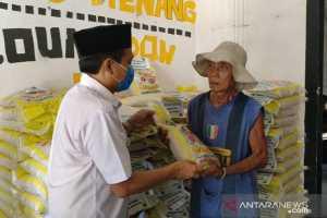 Ketua DPW PKS Provinsi Lampung Mufti Salim secara simbolis memberikan bantuan beras kepada warga Kota Metro yang berprofesi sebagai pemulung. (Antaralampung.com/Hendra Kurniawan)