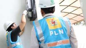 Petugas PLN melakukan penyambungan penambahan daya listrik di Jakarta, Rabu (21/6). Menyambut lebaran, PLN memberikan bebas biaya penyambungan untuk rumah ibadah dan potongan 50 persen untuk pengguna selain rumah ibadah. (Liputan6.com/Immanuel Antonius)