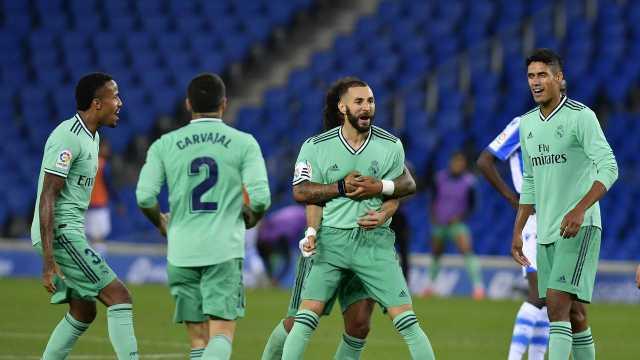 Striker Real Madrid Karim Benzema merayakan golnya ke gawang Real Sociedad dalam lanjutan Liga Spanyol di Stadion Anoeta, San Sebastian, Senin (22/6/2020) dini hari WIB. (AP Foto / Alvaro Barrientos)