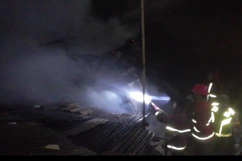 "Personel BPBD Kota Bandarlampung sedang melakukan pemadaman api yang membakar rumah warga,"" Rabu (17/6/2020) (ANTARA/Dian Hadiyatna)"