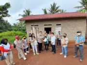 Ketua Dewan Pengawas DDSP H. Fauzi bersama pengurus DDSP saat meninjau bedah rumah bantuan DDSP, Rabu (3/6). Foto Dok. DDSP for radarcom.id