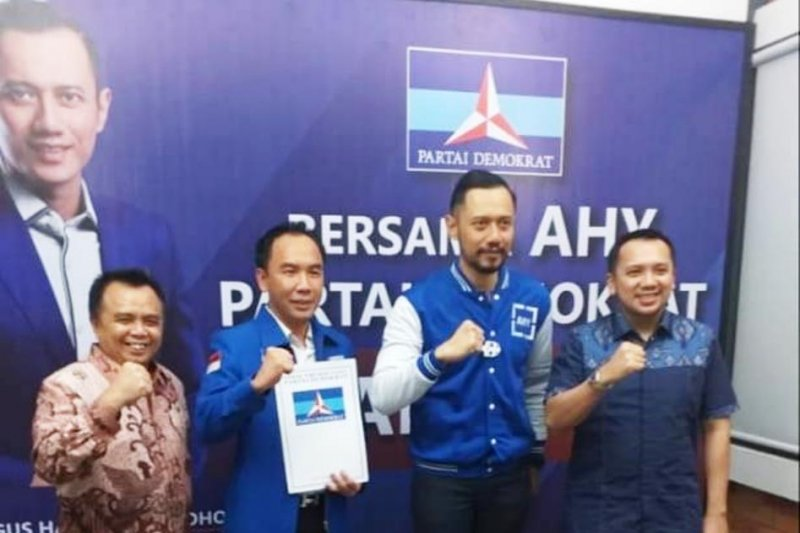 Ketua DPP Partai Demokrat Agus Harimurti Yudhoyono (AHY) memberikan rekomendasi calon bupati dan wakil bupati kepada pasangan Raden Adipati Surya dan Edward Antony periode 2020-2025. (Antaralampung.com/HO)