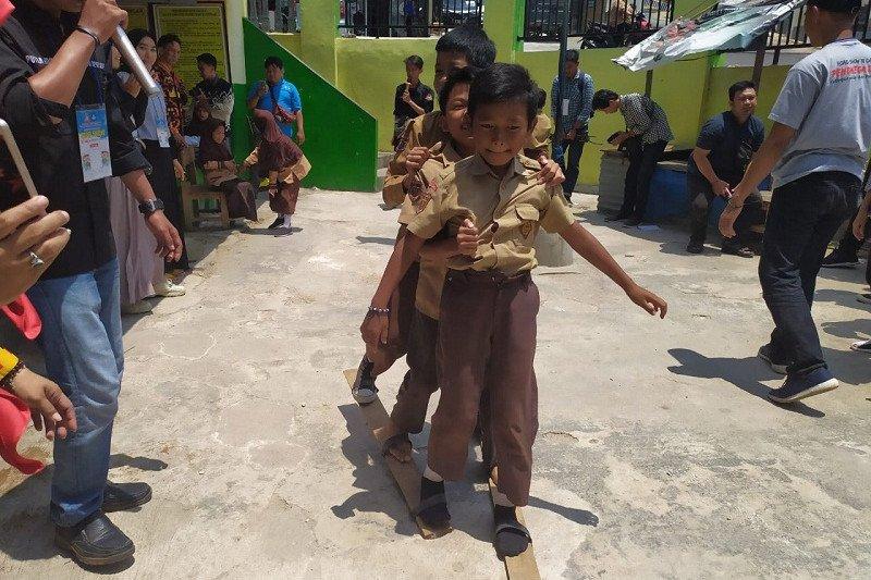 Dok. Siswa sekolah dasar bergembira memainkan permainan tradisional di Bandarlampung, Sabtu (02/11/2019). (ANTARA/Ruth Intan Sozometa Kanafi)