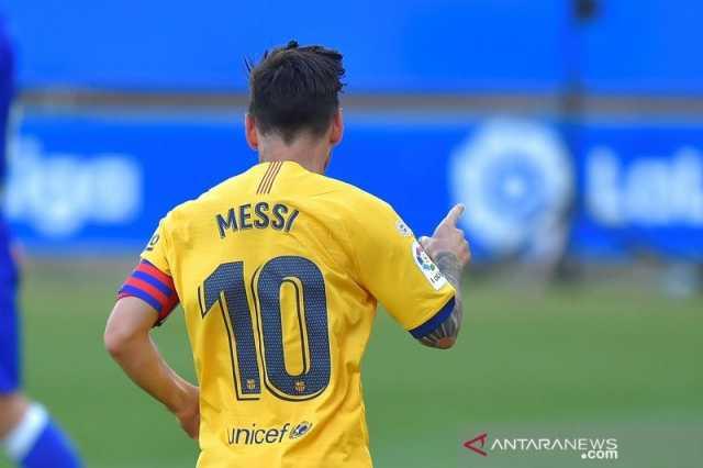 Megabintang Barcelona Lionel Messi merayakan gol keduanya ke gawang Alaves dalam laga pekan penutup Liga Spanyol musim 2019/20 tanpa penonton di tengah pandemi COVID-19 di Stadion Mendizorroza, Alaves, Spanyol, Minggu (19/7/2020). (ANTARA/AFP/Ander Gillenea)
