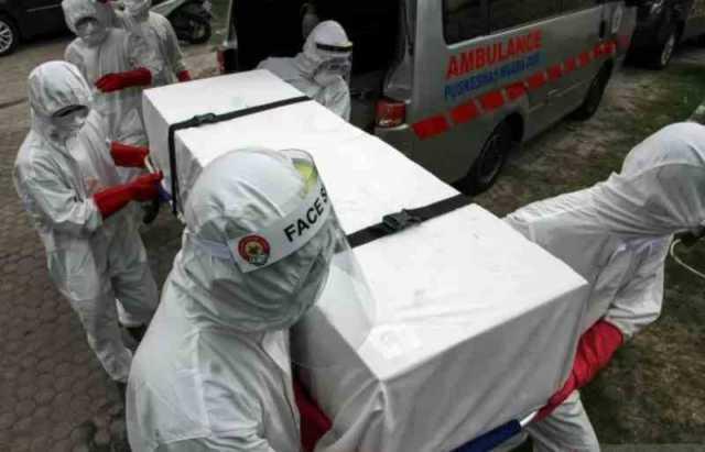 Sejumlah petugas medis mengangkat peti jenazah pasien positif COVID-19 saat simulasi pemakaman di Lhokseumawe, Aceh, Jumat (17/4/2020) (ANTARA FOTO/Rahmad/Pras/20)