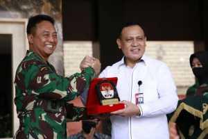 Ketua KPK Firli Bahuri (kanan) saat acara penyerahan aset kepada Kepala Staf TNI Angkatan Darat (Kasad) Jenderal TNI Andika Perkasa di Markas Besar TNI AD, Senin (27/7/2020). (KPK)