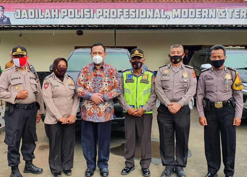 Firli Bahuri saat bertemu rekan seangkatan Bintara di Polsek Cimahi, Jawa Barat, Selasa (21/7). Foto Istimewa for radarcom.id