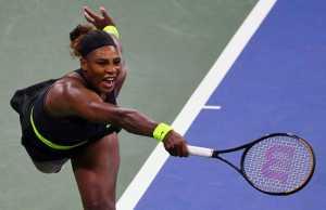 Serena Williams memukul bola saat menghadapi Maria Sakkari dalam Western & Southern Open di USTA Billie Jean King National Tennis Center, Flushing Meadows, New York, Amerika Serikat, pada 25 Agustus 2020. (REUTERS/USA TODAY Sports/Robert Deutsch)