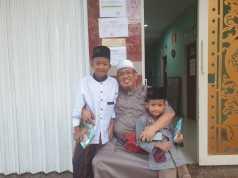 Nabil dan Qilla, dua bocah yatim kakak beradik yang kini diasuh oleh Ponpes Yatim Piatu Penghafal Alquran Riyadhus Sholihin, Bandar Lampung, bersama H. Ismail Zulkarnain, SH. Foto Istimewa for radarcom.id