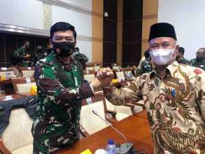 Anggota Komisi I DPR RI H. Mukhlis Basri saat bertemu Panglima TNI Hadi Tjahjanto dalam raker Kemhan, TNI dan Komisi I DPR RI, pada (9/9). Foto Istimewa