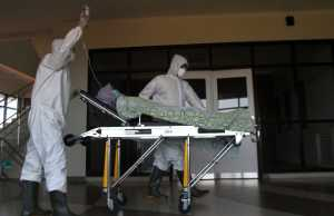 Ilustrasi - Petugas medis memindahkan pasien ke ruang isolasi dalam Simulasi Penanganan Pasien Corona di Rumah Sakit Lavalette, Malang, Jawa Timur, Jumat (13/3/2020). (ANTARA FOTO/Ari Bowo Sucipto).