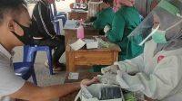 Petugas kesehatan sedang melakukan pemeriksaan tes cepat kepada orang dari luar daerah yang ingin masuk ke Bandarlampung di posko perbatasan Tugu Radin Intan, Senin. (26/10/2020). (ANTARA/Dian Hadiyatna)