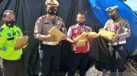 Petugas PJR Polda Lampung menunjukkan ganja seberat 6 kg saat yang di simpan ditumpukan karung jeruk. (ANTARA/HO)