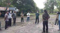 Kepala Balai TNWK Amri memberikan arahan kepada stafnya untuk melakukan pembersihan lokasi PLG karena akan dibuka untuk umum. Foto Istimewa for radarcom.id
