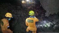 Petugas SAR melakukan pencarian korban longsor di Kecamatan Cimanggung, Kabupaten Sumedang, Jawa Barat. (ANTARA/HO-Kantor SAR Bandung)