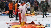 Petugas Basarnas menurunkan kantong jenazah dan puing korban pesawat Sriwijaya Air SJ182 yang jatuh di perairan Kepulauan Seribu, Kamis (14/1/2021). (CNBC Indonesia/ Tri Susilo)