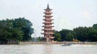 """Sebuah """"speedboat"""" melintas di depan pagoda yang berada di Pulau Kemaro yang lokasinya berada di tengah Sungai Musi Palembang, Sumatera Selatan. ANTARA/Nila Fu'adi/Koz/nz."""