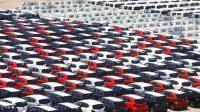Petugas melintas diantara mobil-mobil yang akan di ekspor di Site PT Indonesia Kendaraan Terminal, Sindang Laut, Kali Baru, Cilincing, Jakarta Utara. Foto: Ismail Pohan/TrenAsia