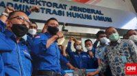 Ketua Umum Partai Demokrat, Agus Harimurti Yudhoyono menyerahkan lima boks berisi dokumen pelaporan KLB Deli Serdang pada Kemenkumham, Senin (8/3). (CNN Indonesia/ Yulia Adiningsih)